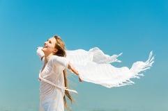 Chica joven hermosa con la bufanda blanca Foto de archivo libre de regalías