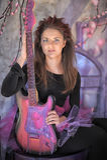 Chica joven hermosa con la guitarra eléctrica Foto de archivo