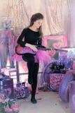 Chica joven hermosa con la guitarra eléctrica Fotos de archivo libres de regalías