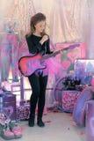 Chica joven hermosa con la guitarra eléctrica Fotografía de archivo