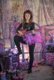 Chica joven hermosa con la guitarra eléctrica Foto de archivo libre de regalías