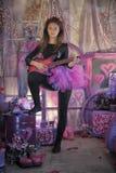 Chica joven hermosa con la guitarra eléctrica Fotos de archivo