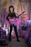 Chica joven hermosa con la guitarra eléctrica Imagenes de archivo