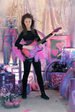 Chica joven hermosa con la guitarra eléctrica Imagen de archivo