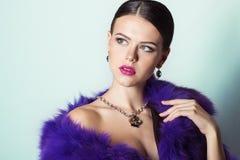 Chica joven hermosa con la joyería costosa elegante hermosa, collar, pendientes, pulsera, anillo, filmando en el estudio Imagen de archivo