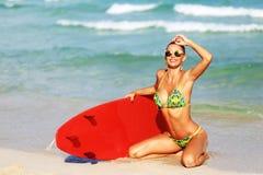 Chica joven hermosa con la tabla hawaiana Imagen de archivo