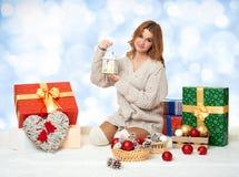Chica joven hermosa con las cajas de la linterna y de regalo de la vela Imágenes de archivo libres de regalías