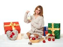 Chica joven hermosa con las cajas de la linterna y de regalo de la vela - concepto del día de fiesta en blanco Fotografía de archivo libre de regalías