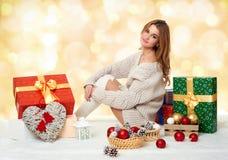 Chica joven hermosa con las cajas de regalo - concepto del día de fiesta Foto de archivo