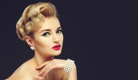Chica joven hermosa con las joyas Maquillaje en estilo de los años 60 fotografía de archivo libre de regalías
