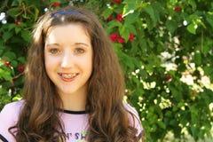 Chica joven hermosa con las paréntesis Fotos de archivo