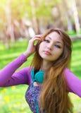 Chica joven hermosa con los auriculares Imágenes de archivo libres de regalías
