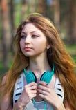 Chica joven hermosa con los auriculares Fotografía de archivo