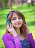 Chica joven hermosa con los auriculares Fotos de archivo libres de regalías