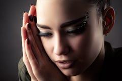 Chica joven hermosa con los latigazos de lujo Foto de archivo libre de regalías