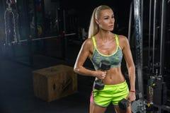 Chica joven hermosa con los músculos perfectos Rubia En el moderno fotos de archivo