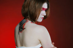 Chica joven hermosa con maquillaje rojo y carrocería Fotografía de archivo libre de regalías