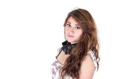 Chica joven hermosa con negro weaing del pelo largo Fotografía de archivo libre de regalías