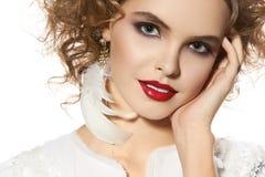 Chica joven hermosa con sonrisa bonita del maquillaje perfecto de la tarde Foto de archivo libre de regalías