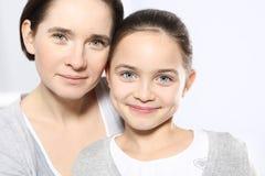 Chica joven hermosa con su madre Fotografía de archivo