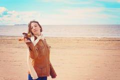 Chica joven hermosa con un aeroplano del juguete en la orilla de la bahía en la ropa del piloto, espacio de la copia Imagen de archivo libre de regalías