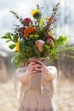 Chica joven hermosa con un ramo de flores Fotos de archivo