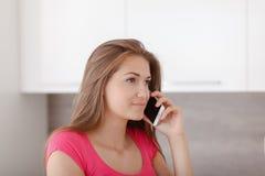 Chica joven hermosa con un teléfono móvil Fotografía de archivo