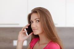 Chica joven hermosa con un teléfono móvil Imagen de archivo