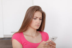 Chica joven hermosa con un teléfono móvil Foto de archivo