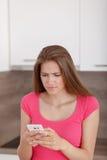 Chica joven hermosa con un teléfono móvil Fotos de archivo libres de regalías