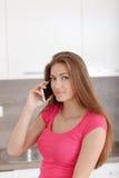 Chica joven hermosa con un teléfono móvil Fotos de archivo