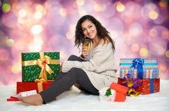 Chica joven hermosa con un vidrio de cajas del champán y de regalo Imágenes de archivo libres de regalías