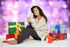 Chica joven hermosa con un vidrio de cajas del champán y de regalo Fotos de archivo