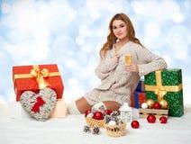Chica joven hermosa con un vidrio de cajas del champán y de regalo Imagen de archivo libre de regalías