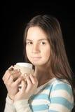 Chica joven hermosa con una taza en manos Foto de archivo