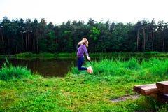 Chica joven hermosa contratada a aptitud en naturaleza Fondo Imagen de archivo libre de regalías