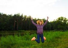 Chica joven hermosa contratada a aptitud en naturaleza Fondo Foto de archivo libre de regalías
