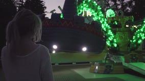 Chica joven hermosa del inconformista con la cola de potro en el parque del amusment almacen de video