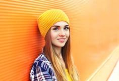 Chica joven hermosa del primer del retrato en sombrero amarillo Imágenes de archivo libres de regalías