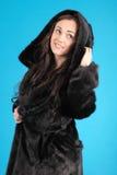 Chica joven hermosa en abrigo de pieles Foto de archivo