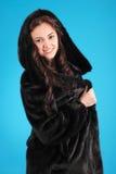 Chica joven hermosa en abrigo de pieles Fotos de archivo libres de regalías