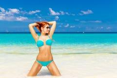 Chica joven hermosa en bikini de la turquesa en una playa tropical Bl imagen de archivo libre de regalías