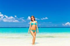 Chica joven hermosa en bikini de la turquesa en una playa tropical Bl imagenes de archivo
