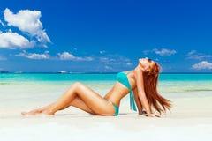 Chica joven hermosa en bikini de la turquesa en una playa tropical Bl fotografía de archivo libre de regalías