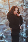 Chica joven hermosa en bosque del invierno Fotos de archivo libres de regalías