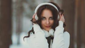 Chica joven hermosa en bosque del invierno Fotografía de archivo libre de regalías