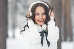 Chica joven hermosa en bosque del invierno Imágenes de archivo libres de regalías