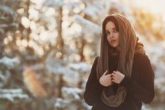 Chica joven hermosa en bosque del invierno Fotografía de archivo