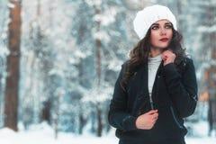 Chica joven hermosa en bosque del invierno Imagen de archivo