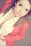 Chica joven hermosa en chaqueta roja imagen de archivo